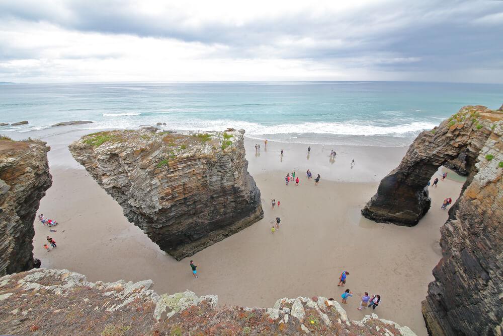 ¿Qué temporada es mejor para visitar la playa de Las Catedrales?