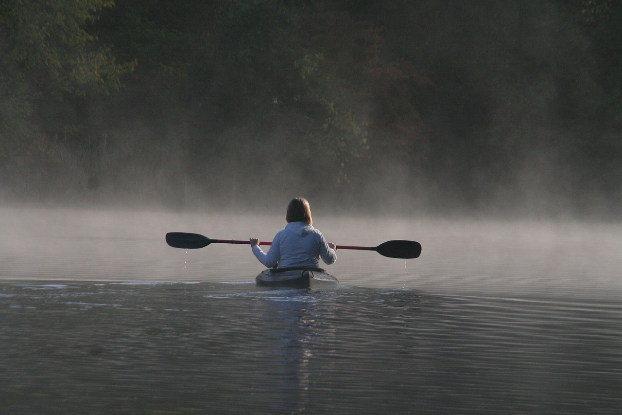 Mujer en kayak
