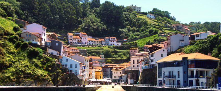 Vista de Cudillero, una de las excursiones a Asturias desde Foz