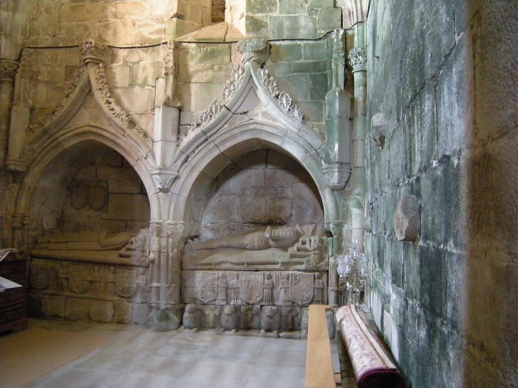 Sepulcro en el monasterio de Ferrera de Pallares